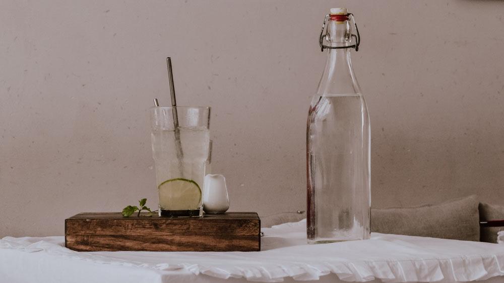 Was gegen Kopfschmerzen von Alkohol hilft. Wasser, Wasser und noch mehr Wasser